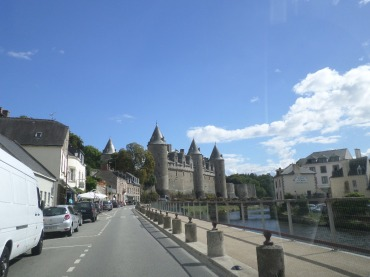 Josselin rue du canal to chateau by canal jan12