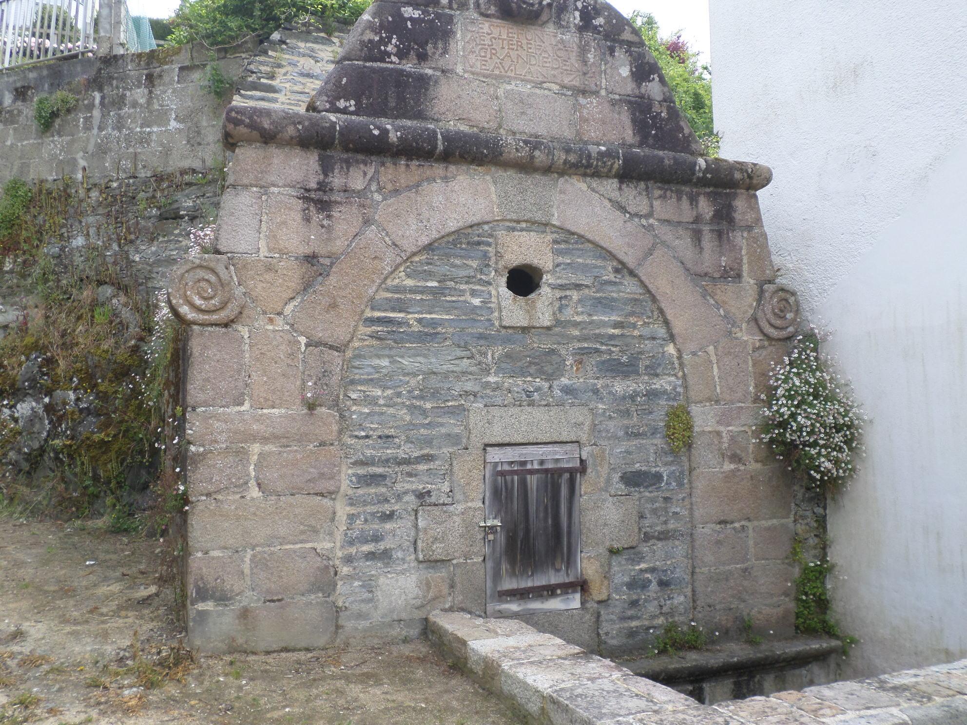 Morlaix fontaine des anglais quai treguier facing tabac may15