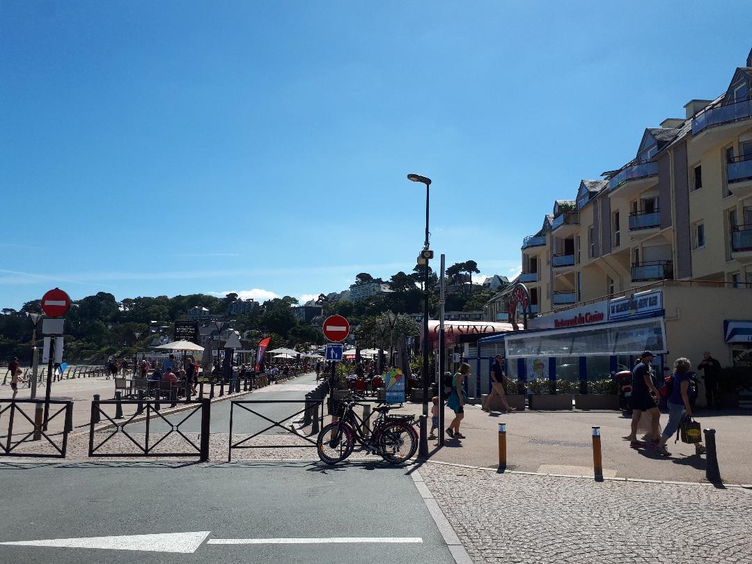 perros guirec plage trestraou promenade to restos shops jul20