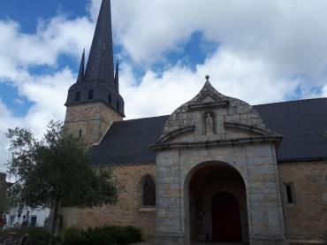 Plescop Ch of Saint Pierre aux Liens entrance side aug20