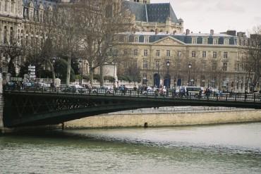Paris pont d' arcole left hotel de ville et hotel-dieu back jul10