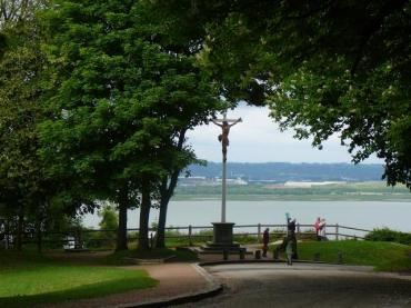 honfleur-cote-de-grace-cross-overlooking-bay-to-le-havre
