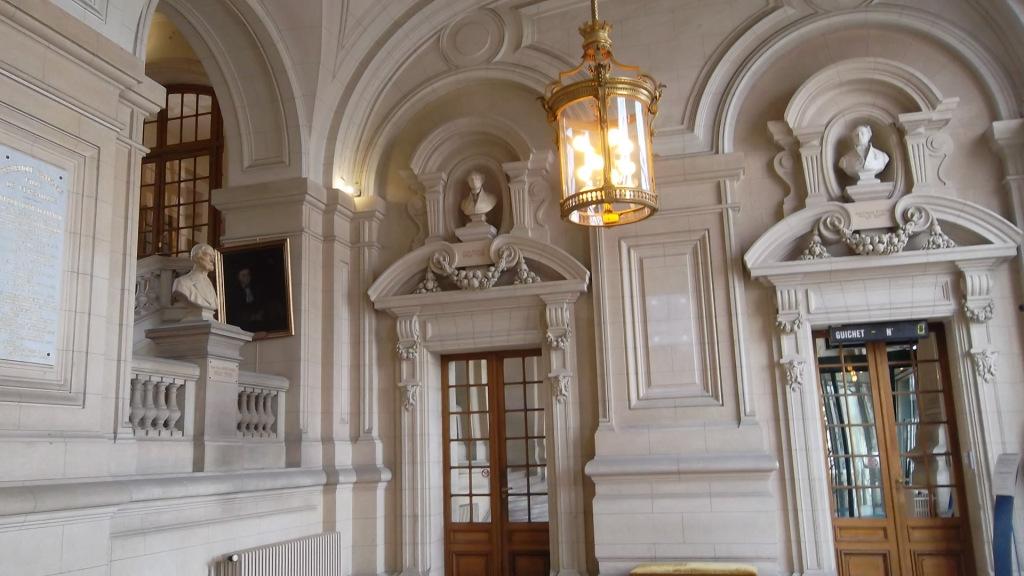 versailles-hotel-de-ville-ent-right-mar13