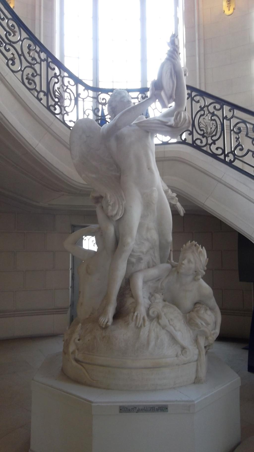 versailles-hotel-de-ville-statue-main-ent-mar13