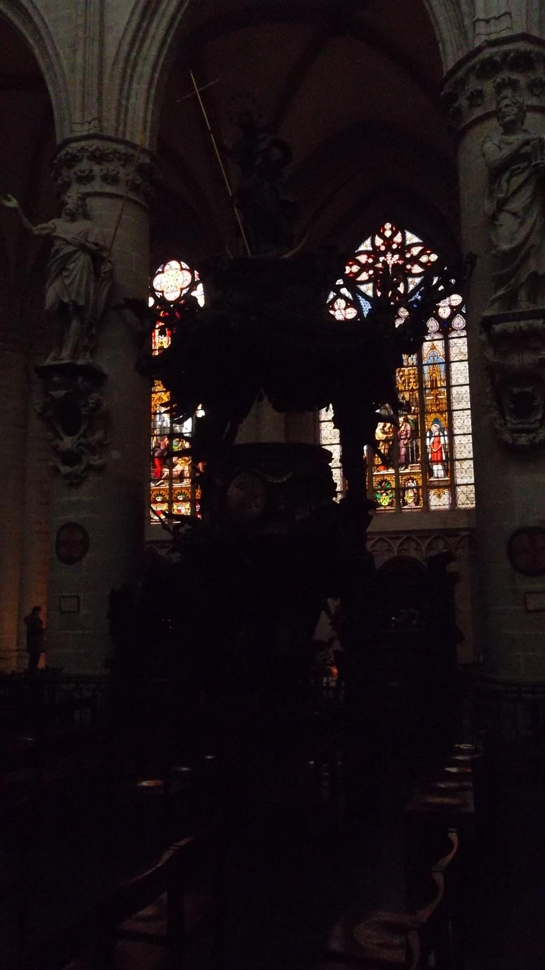 bru-cathedral-st-michel-st-gudule-stairs-dec12