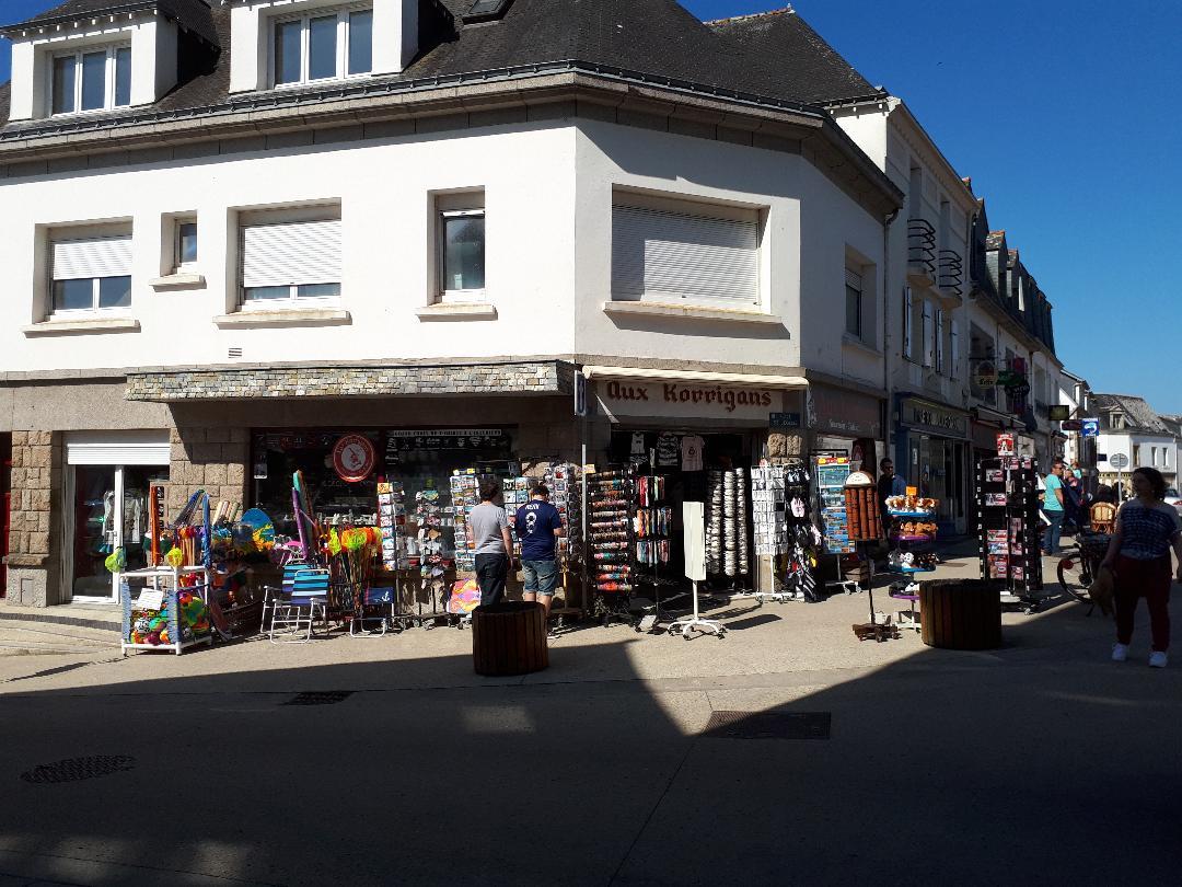 carnac-korrigans-gift-store-corner-rue-saint-cornely-boys-out-may18