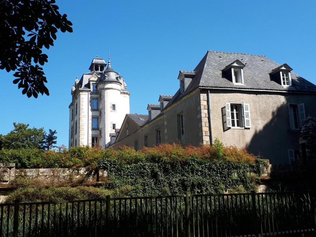 erdeven-keraveon-castle-side-aug18
