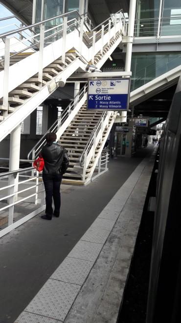 massy-tgv-gare-going-for-rer-b-to-paris-apr17
