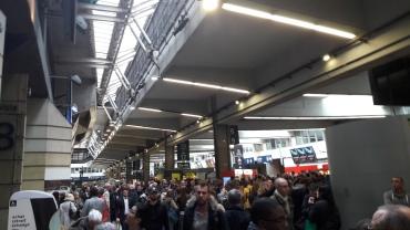 paris-montparnasse-gare-crowds-delays-apr17