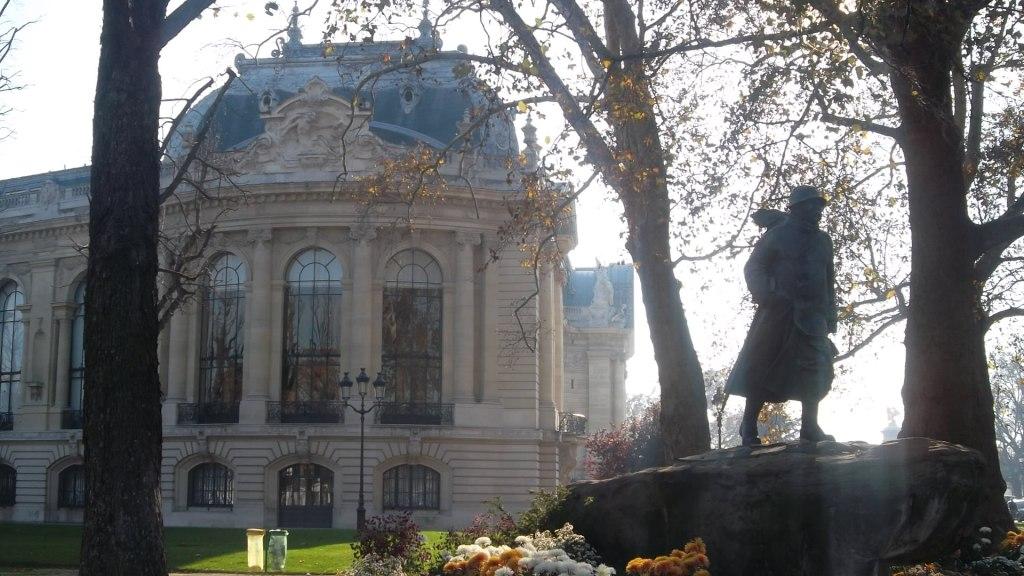 paris-statue-soldier-et-petit-palais-nov11