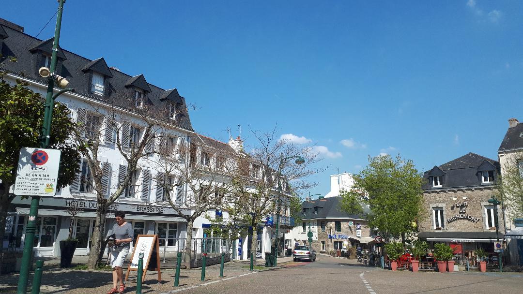 sarzeau-city-rue-gen-de-gaulle-center-arriving-apr19