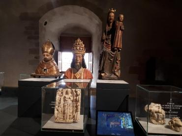 sus-castle-le-grand-salle-with-bishops-etc-figures-of-old-nov18
