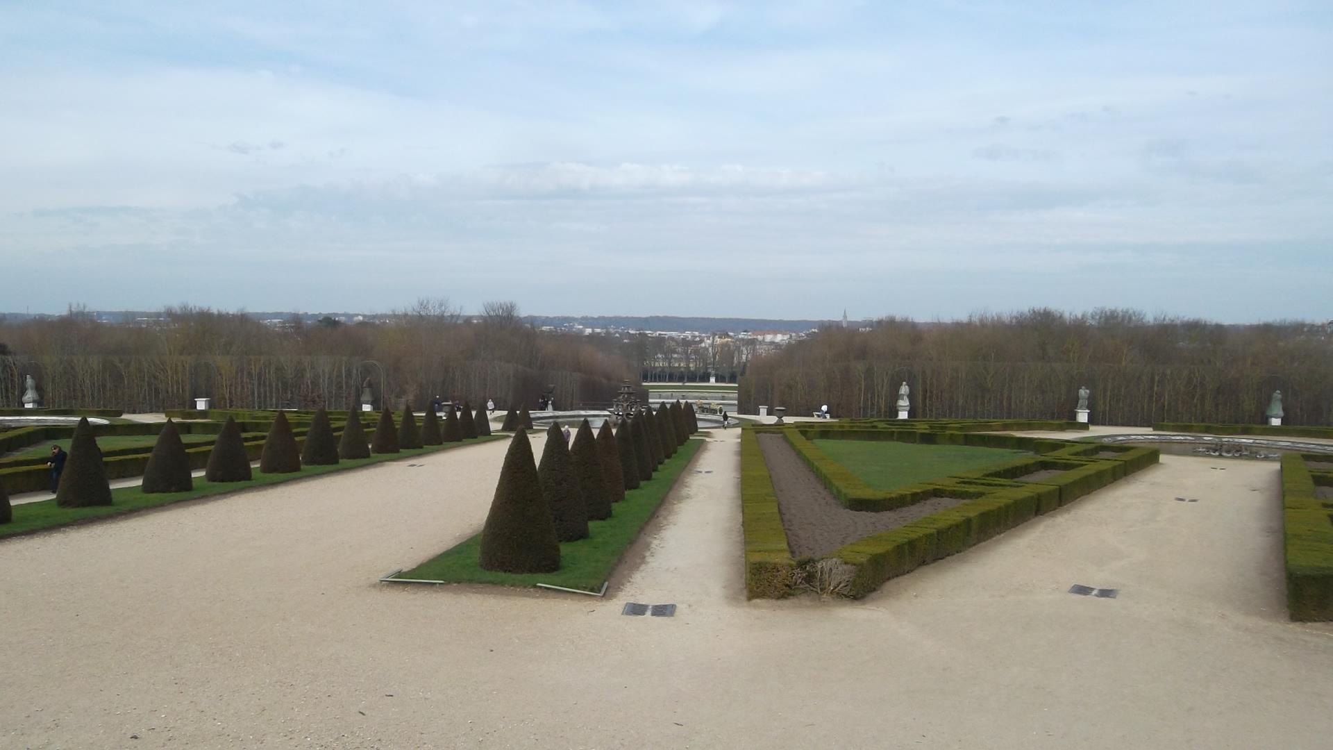 versailles-chateau-down-to-bassin-de-neptune-mar13