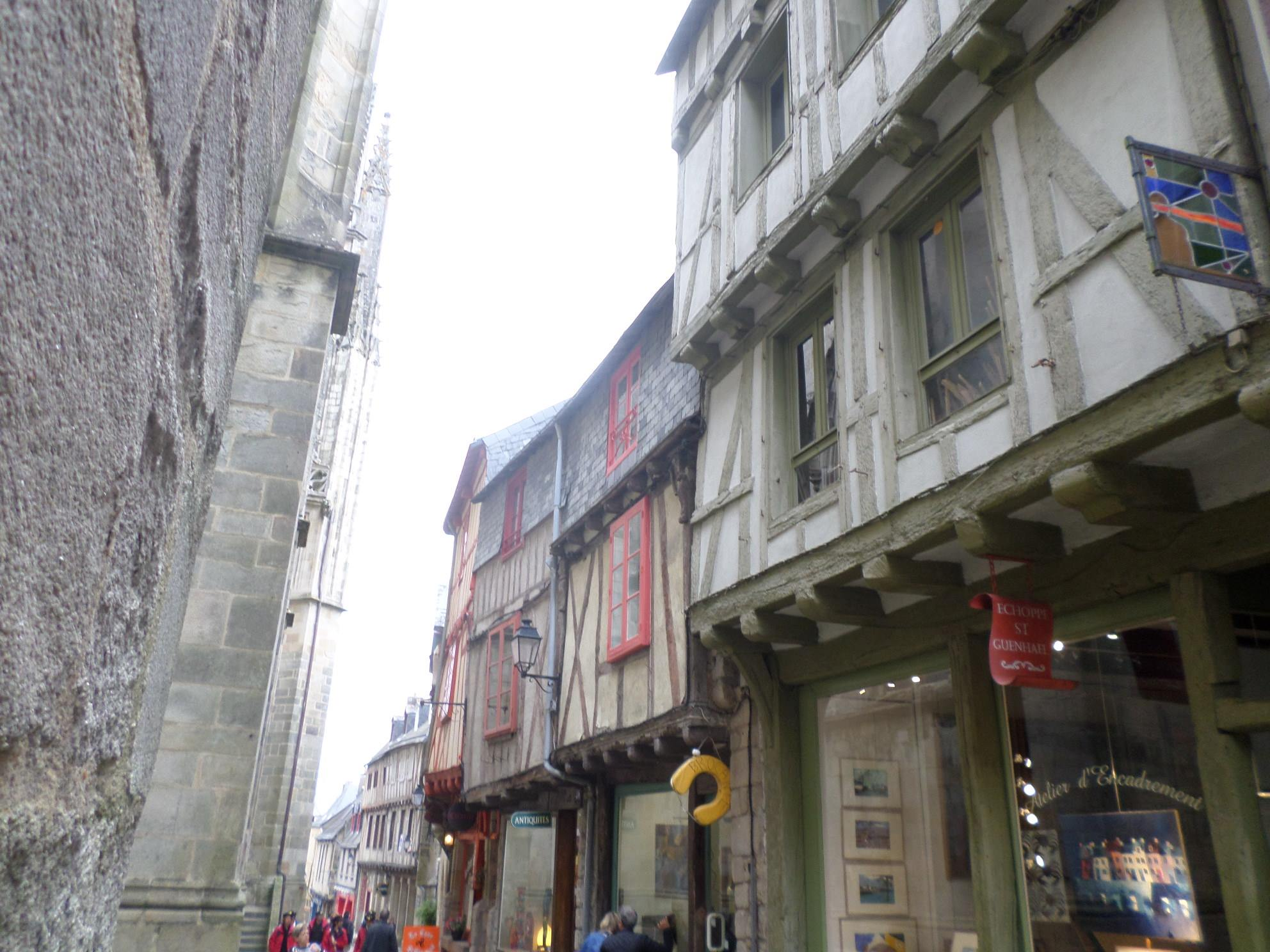 vannes rue saint gunhael side of cat st pierre 14C jul14