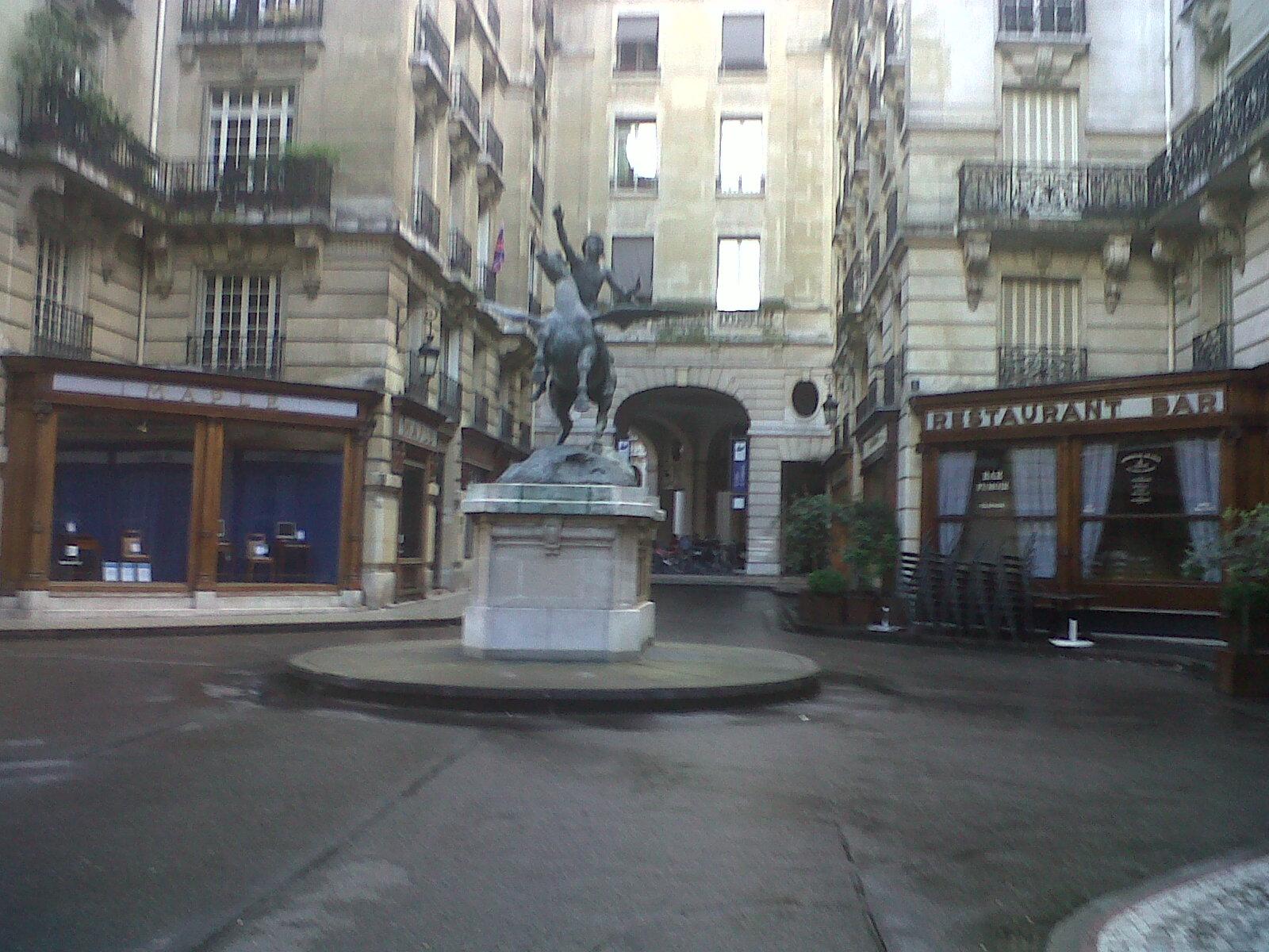 paris-pl-eduard-vii-statue-apr12