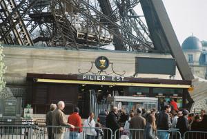 paris-tour-eiffel-piliers-est-mars11