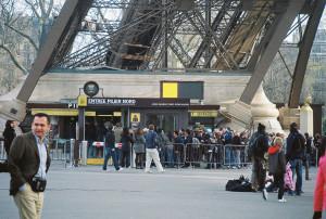 paris-tour-eiffel-piliers-nord-mars11