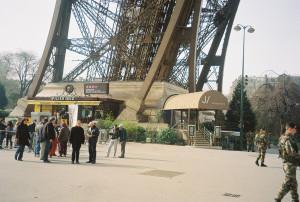 paris-tour-eiffel-piliers-sud-mars11