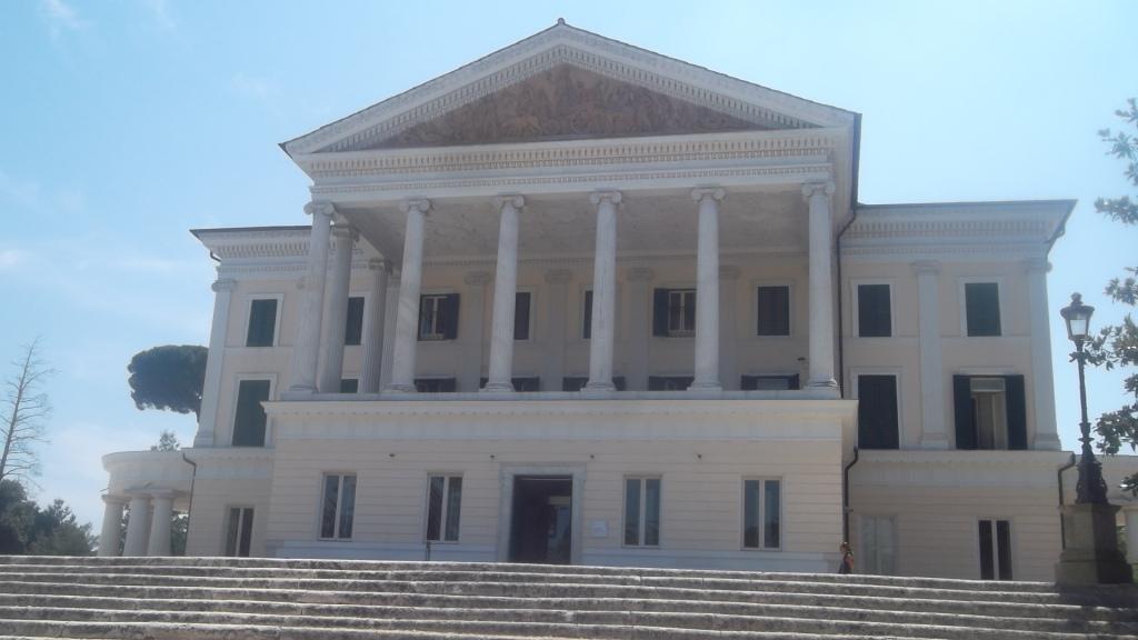 roma-villa-torlonia-theater-of-people-closeup-aug13