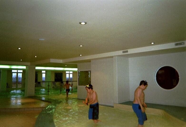 disneyland-kids-at-pool-hi-disneyland-christmas-2004