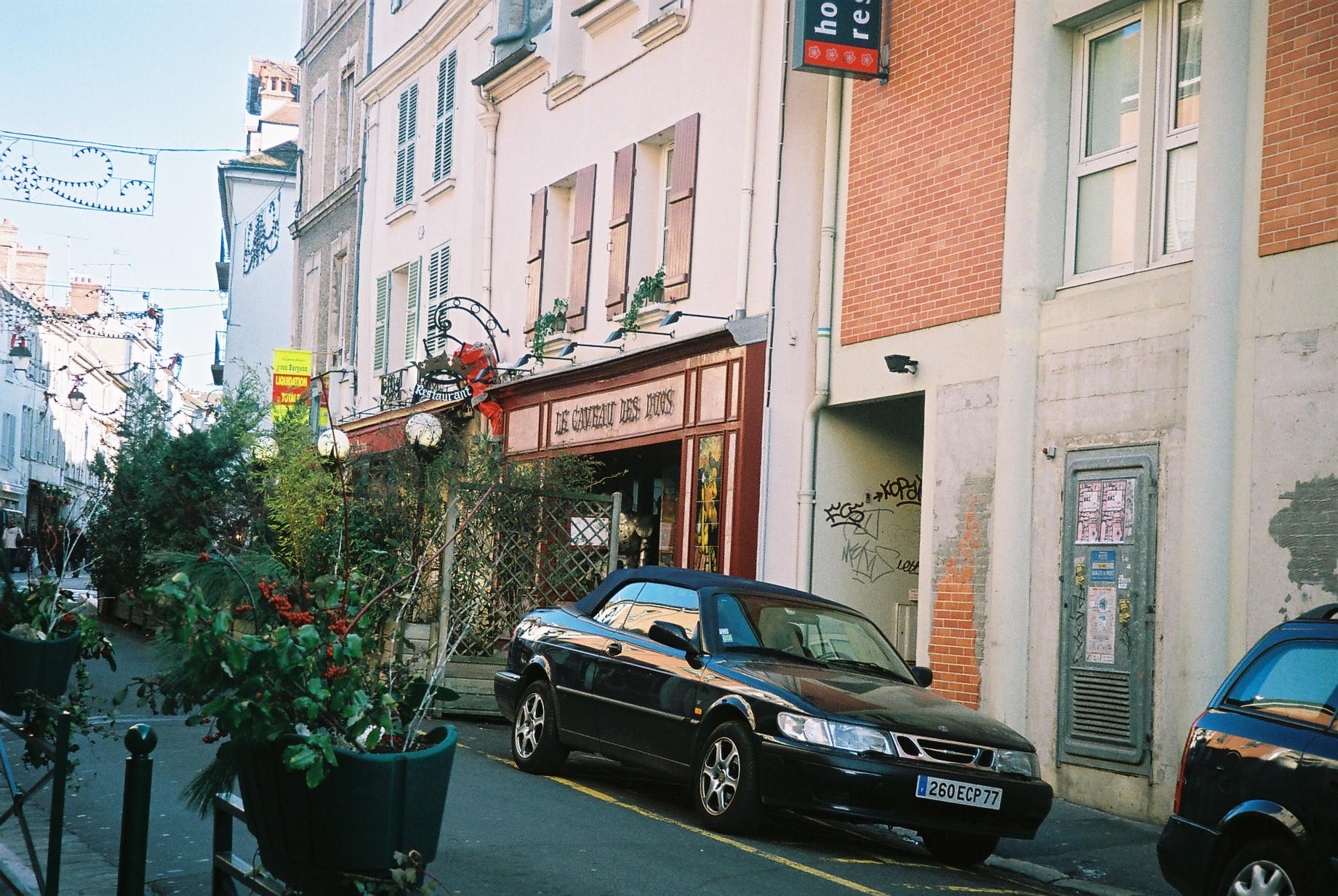 Fontainebleau le caveau des ducs closed dec07