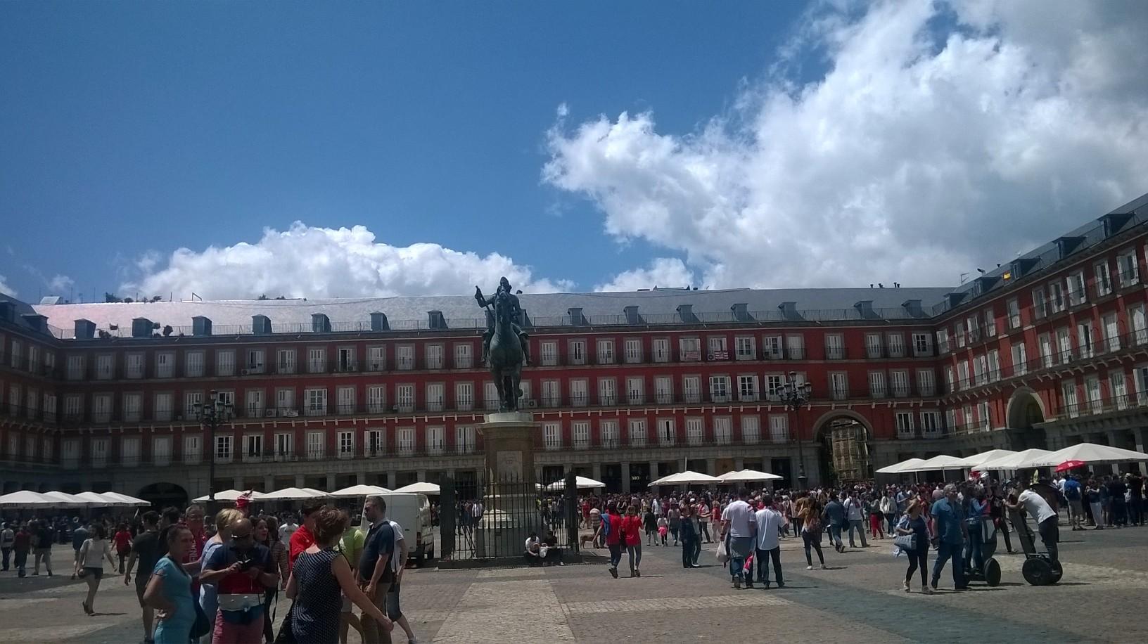 mad-plaza-mayor-eq-statue-king-felipe-may16