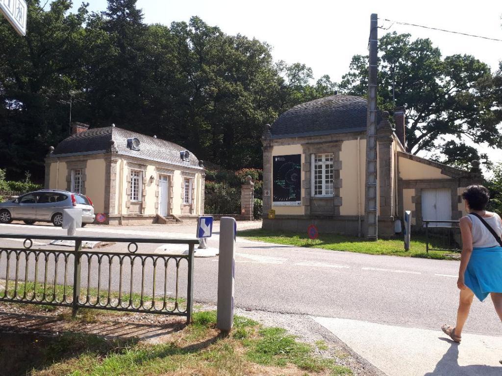 bignan-kerguehennec-entrance-from-parking-aug18