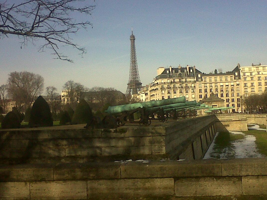 Paris invalides esp de l'invalides canons mus armee et eiffel mar13