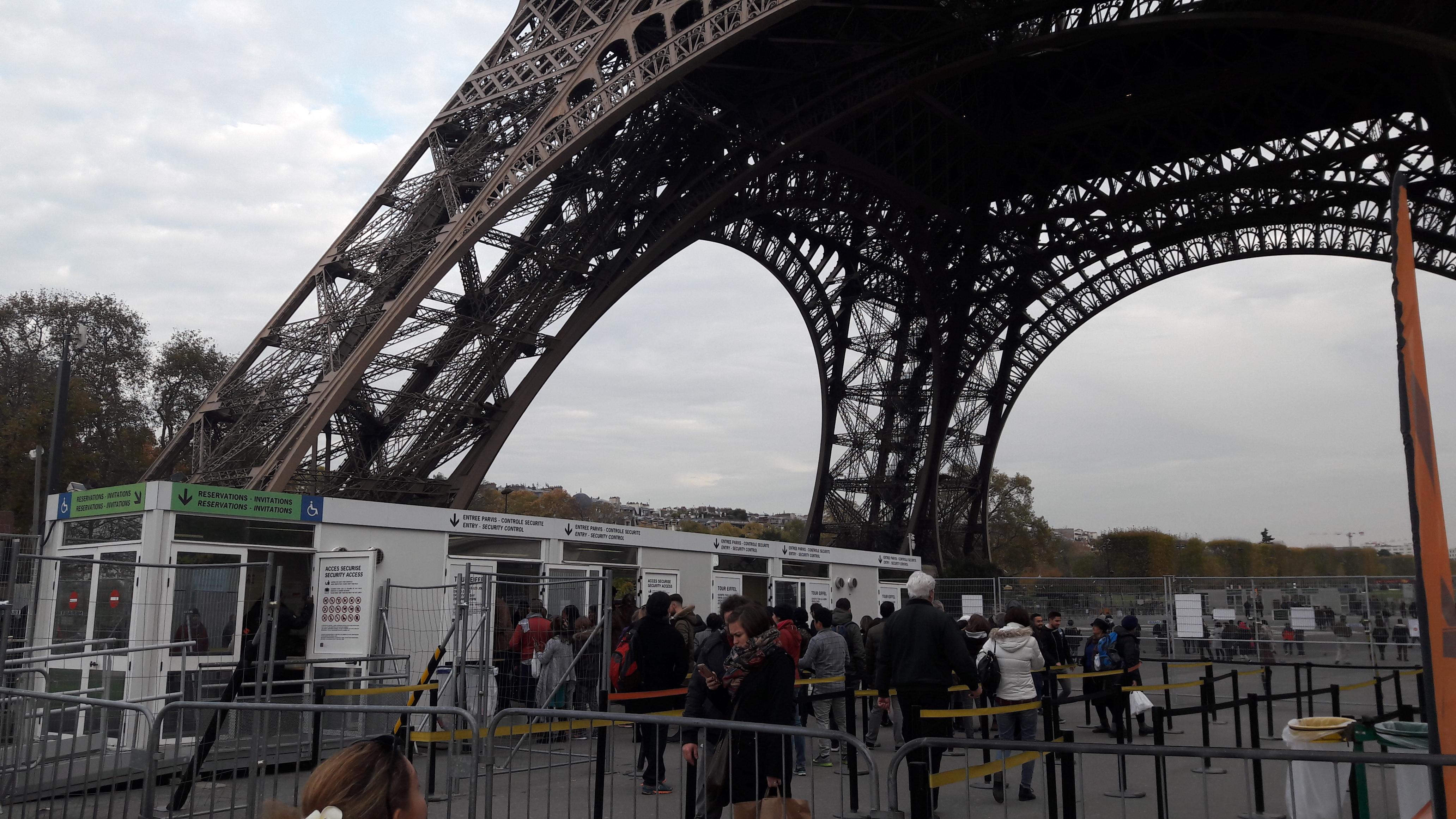 paris tour eiffel entr barriers nov17