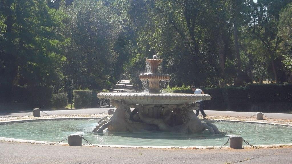 roma-street-scene-villa-borghese-inside-fountain-aug13