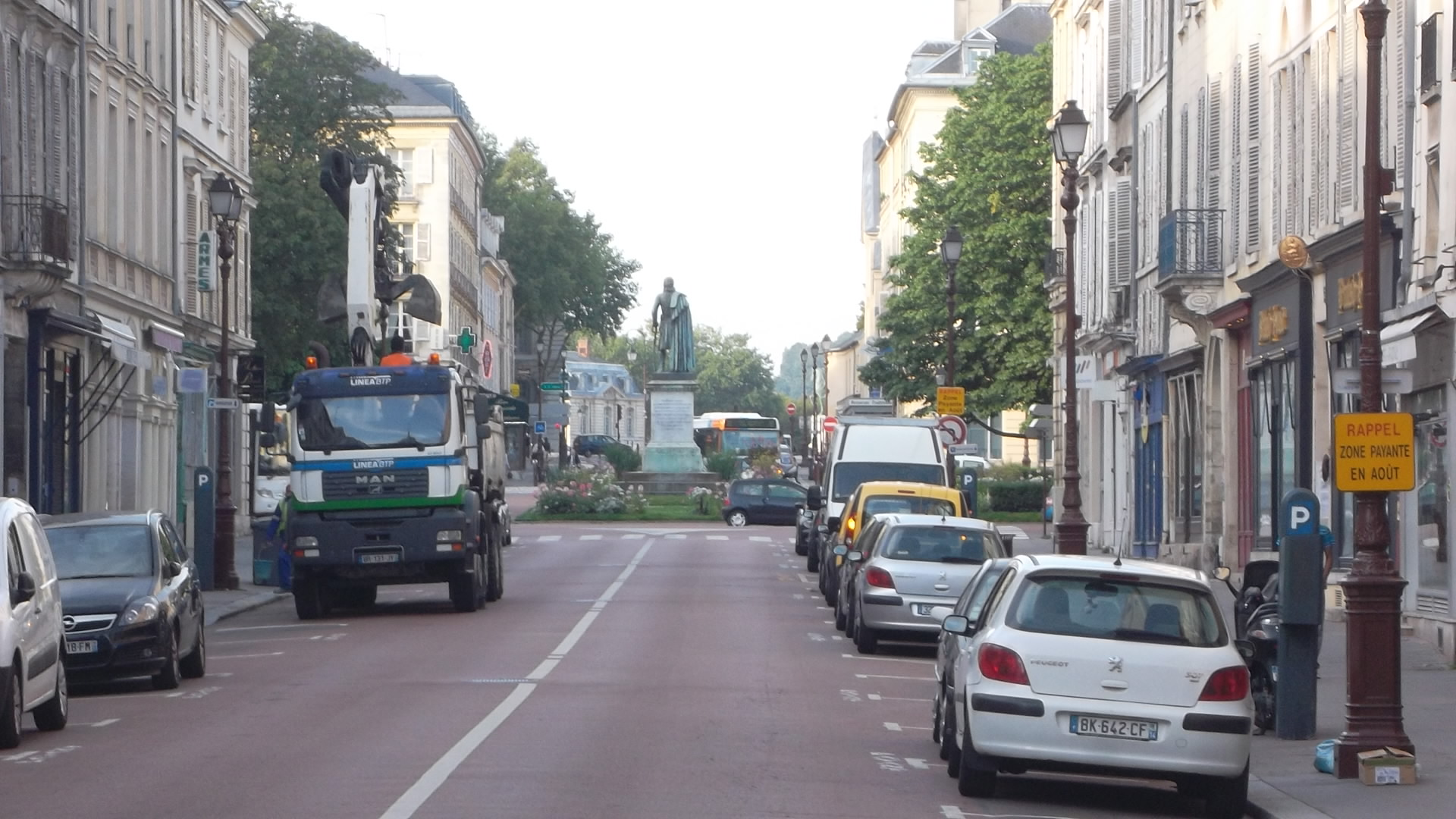 versailles-rue-hoche-to-statue-gen-hoche-and-castle-aug12