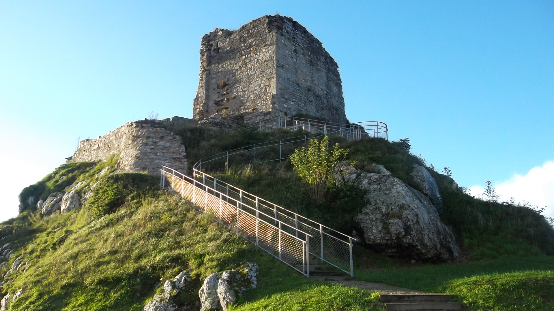 la-roc-maurice-castle-la-roche-maurice-entr-nov12