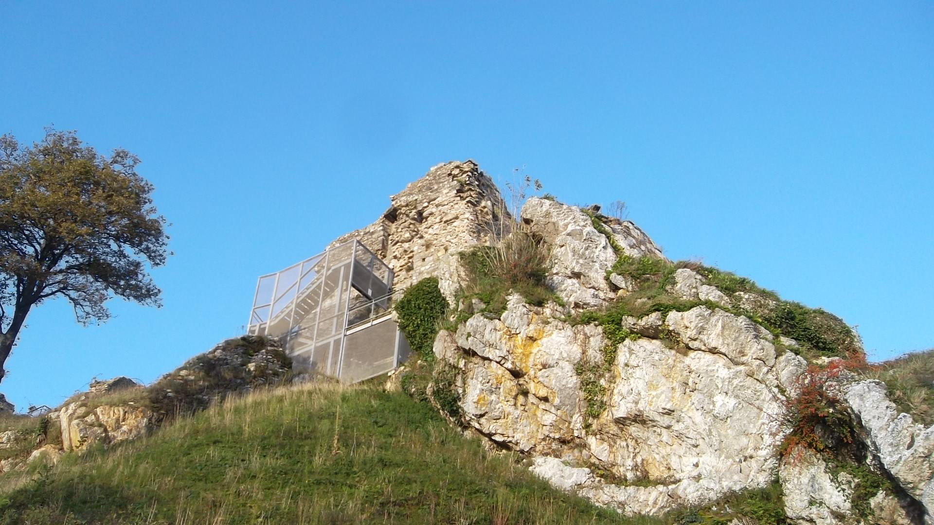 la-roc-maurice-castle-view-front-up-to-castle-nov12