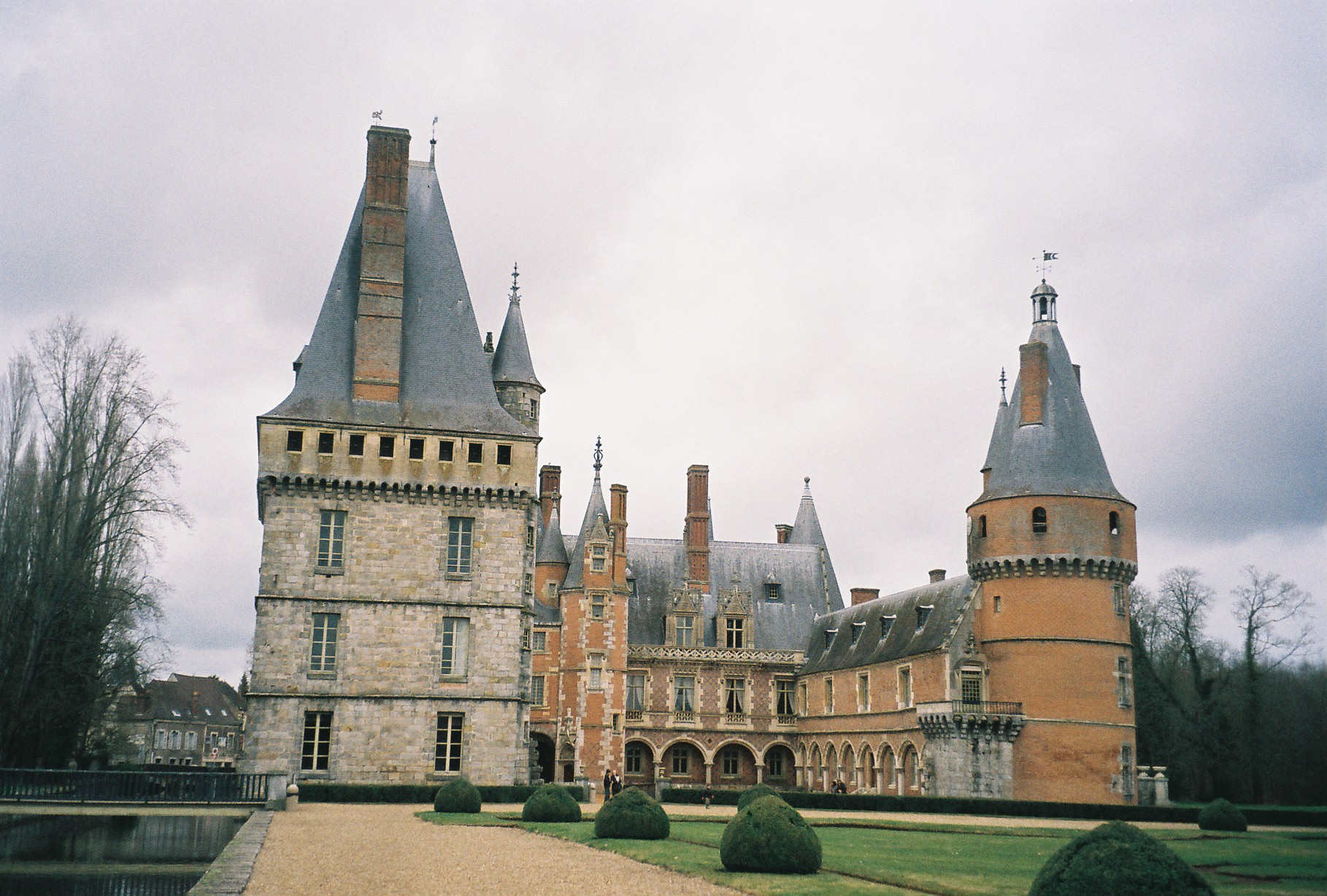 Maintenon Chateau de Maintenon from garden back apr11