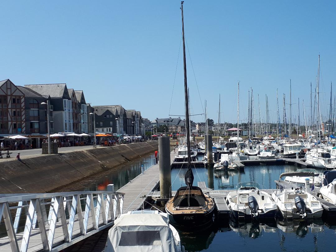Port du Crouesty passerelle to J22 prom shops left jul21