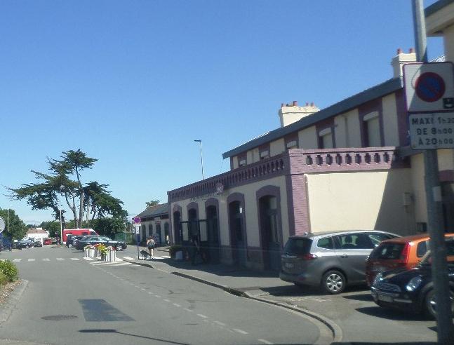 quiberon-train-station-passing-jul17