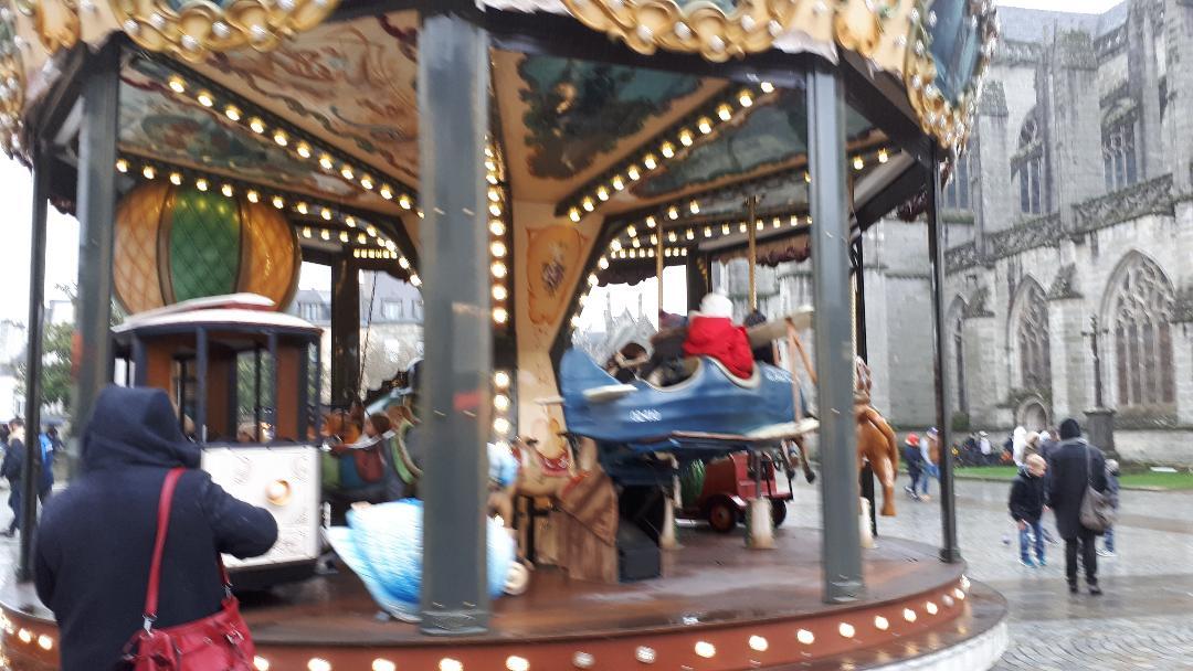 quimper-carrousel-parvis-cat-st-corentin-dec19