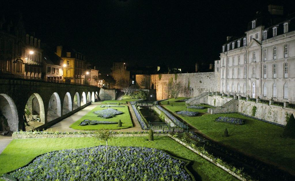 vannes-chateau-de-l-hermine-jardin-night-aug12