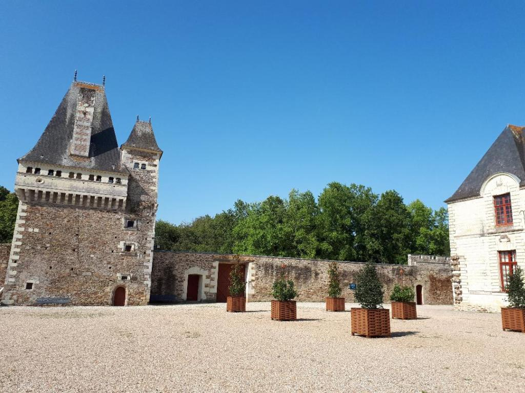 chateau-goulaine-inner-courtyard-tower-aug18