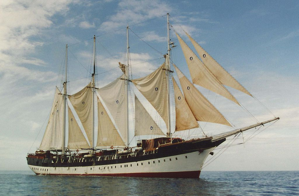 fantome-cruiseboat-front-saililng