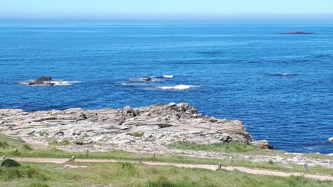 ploemeur-la-plage-de-port-blanc-kerroch-islets-at-sea-may19