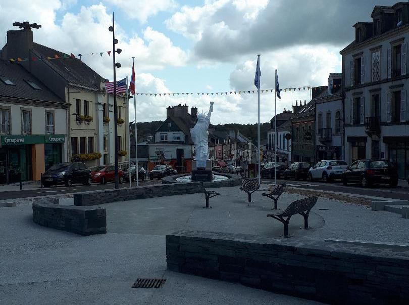 gourin-pl-de-la-victoire-liberty-statue-back-jul19