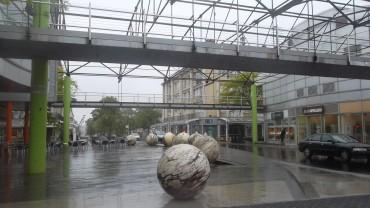 st-nazaire-ave-de-la-republique-water-balls-fountains-jun13