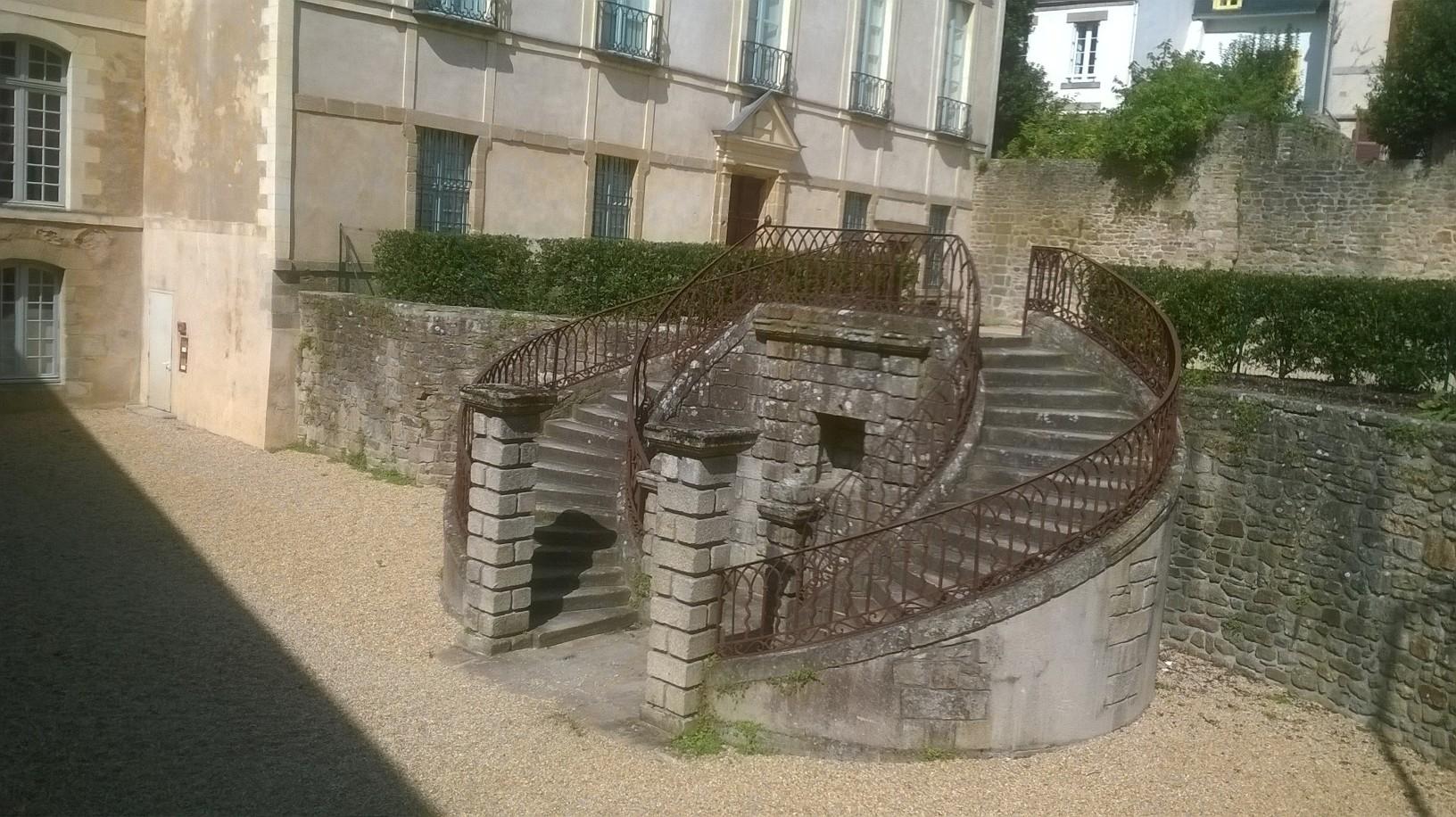 vannes-hotel-de-limur-patio-aug15